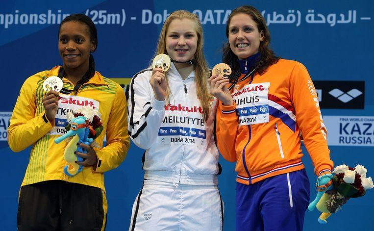 Atkinson, Meilutyte en Nijhuis poseren met hun medailles op de FINA wereld zwemkampioenschappen in 2014 Beeld afp