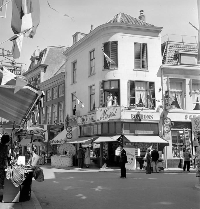 Oudgedienden stonden hier ook al in de rij met 'brokkendag': Mousset in de jaren na de Tweede Wereldoorlog. op de hoek van de Bakkerstraat en de Ketelstraat in Arnhem