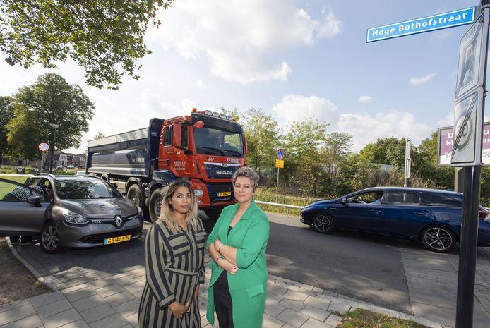 Amber Doddema (links) en Mirjam Eilander  vinden de Hoge Bothofstraat nog steeds te onveilig.