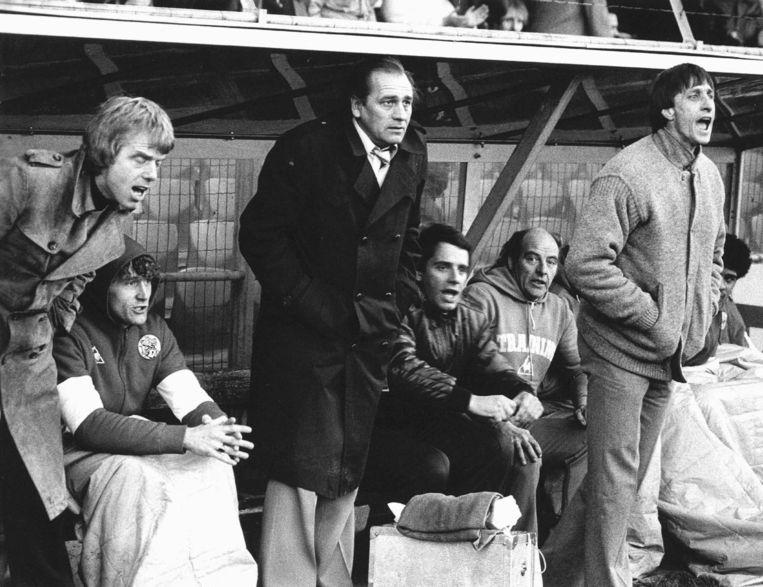 Technisch adviseur Cruijff geeft aanwijzingen tijdens Ajax - FC Twente (5-3), trainer Leo Beenhakker gaat weer zitten, in het midden hersteltrainer Bobby Haarms. Beeld anp