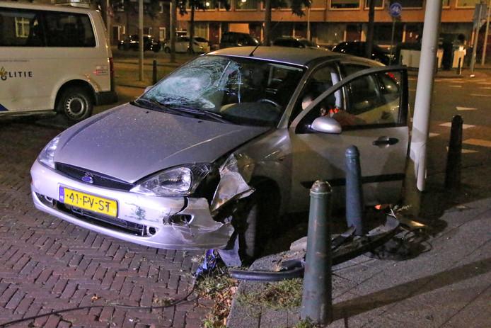 Auto crasht tegen lantaarnpaal op Alberdingk Thijmplein in Den Haag.