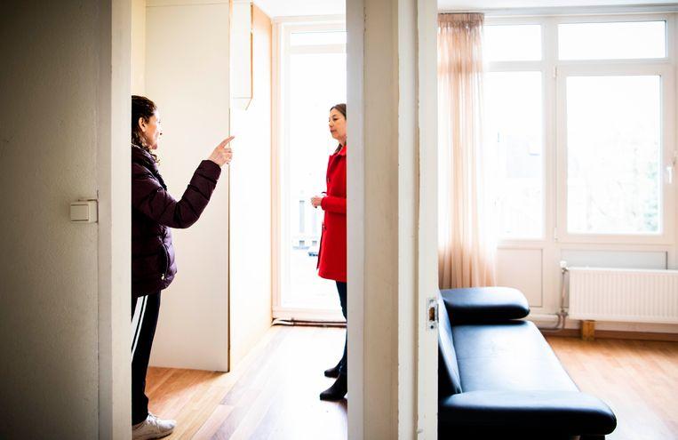 Een potentiële koper van een huis op de Mariottestraat in Den Haag bekijkt de woning tijdens een bezichtiging met de makelaar. Beeld null