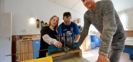 Stichting Zonnewoud in Nijverdal erg blij met nieuw busje