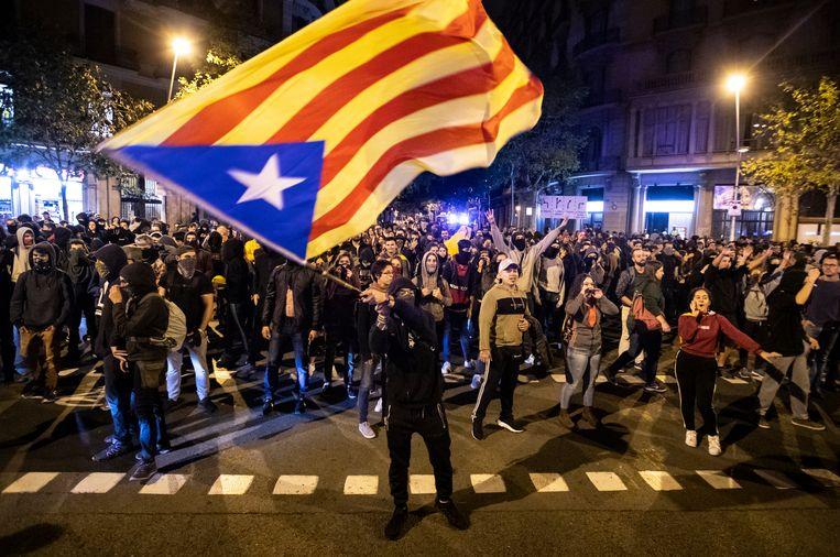 De onafhankelijkheidsbeweging gebruikt voornamelijk de Estelada, de niet-officiële Catalaanse vlag, met blauwe ster.