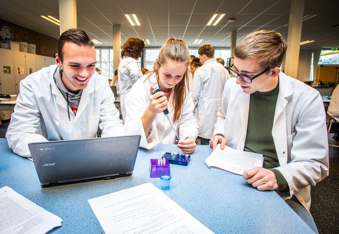 Leerlingen van Willem van Oranje vermaken zich tijdens de bijzondere dna-praktijkles.