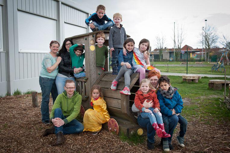 Enkele ouders en kinderen aan de Freinetschool De Bonte Specht, waar de Bijspelerij tijdens de paasvakantie 2016 georganiseerd werd.