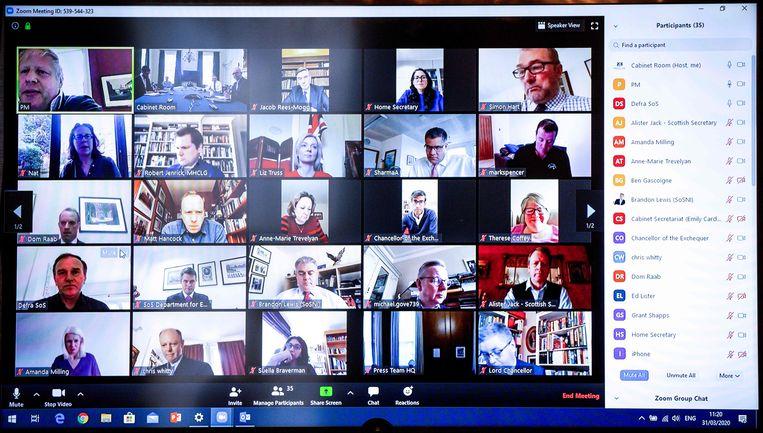 Linksboven de Britse premier Boris Johnson die gebruikmaakt van de omstreden video-app Zoom.  Beeld AFP