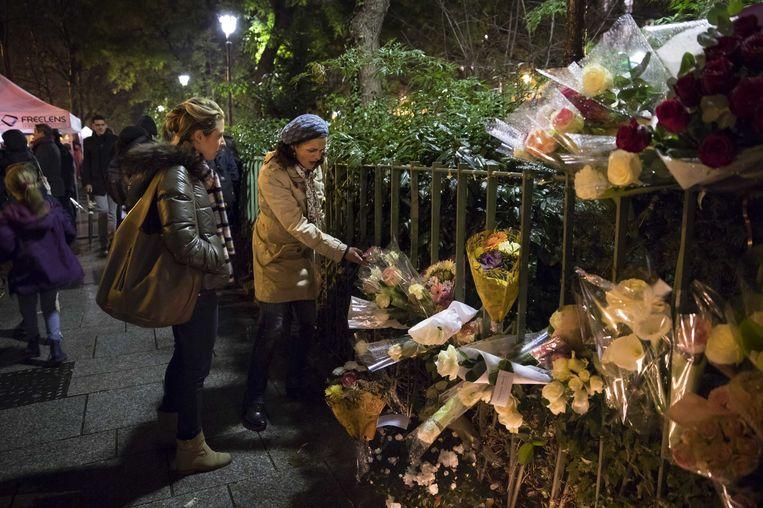 Bloemen in de buurt van concertzaal Bataclan, na de aanslagen in november 2015.