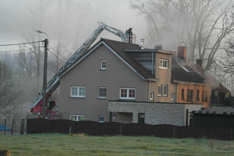 De brandweer zette een ladderwagen in om het vuur te blussen.