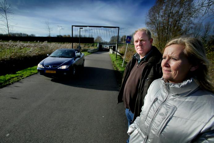 Jose Voogt en Ron Bastiaanse bij de Kilweg die de Gemeente wil gaan afsluiten voor verkeer.