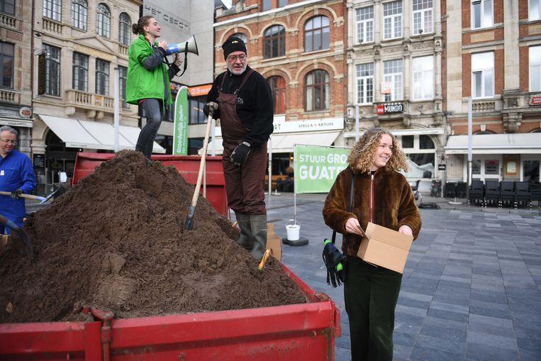 Broederlijk Delen stond deze middag op het Martelarenplein in Leuven met een container vol aarde.