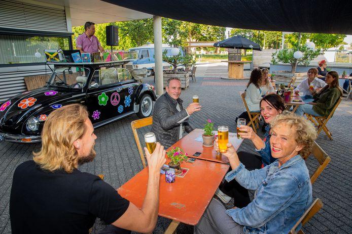Gezelligheid op het terras bij cultureel centrum D'n Bogerd in Druten.