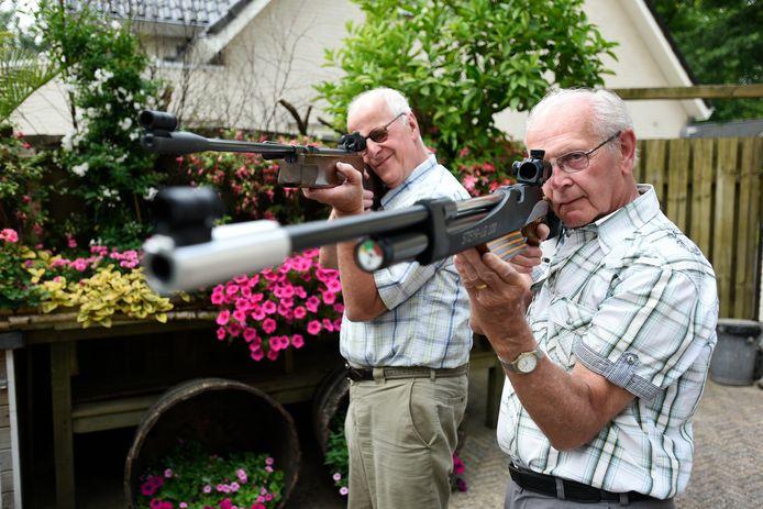 Gerard van der Kaa (links) en Harrie Hommen in actie voor de Eerste Oisterwijkse Luchtbuks Vereniging Diana.
