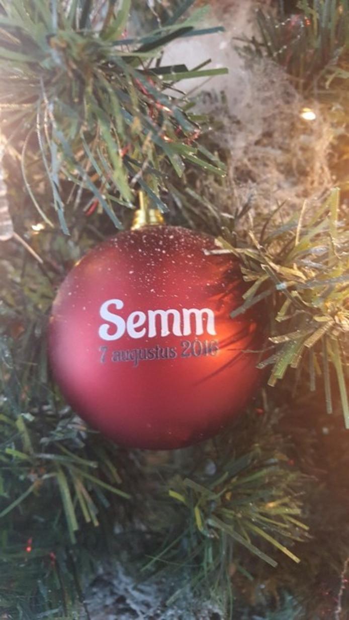 De kerstbal voor Semm, die geboren werd en overleed op 7 augustus 2016.
