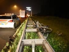 De nachtmerrie van elke automobilist: fietsendrager valt van auto en leidt tot ravage op A2