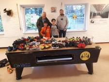 Vrouwen FC Twente brengen met gratis voetbalschoenen vreugde bij kinderen asielopvang Hengelo