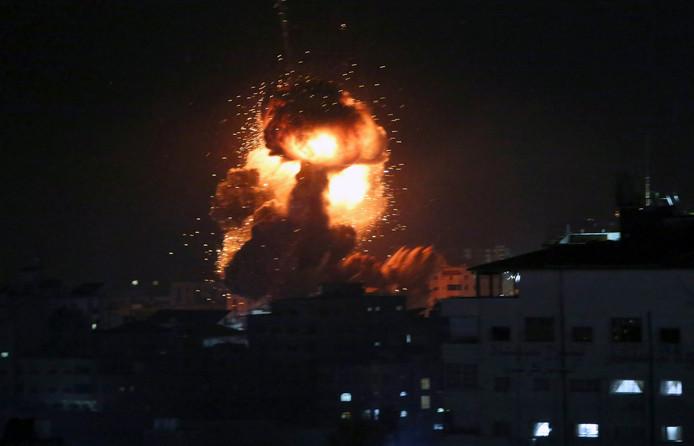 Een vuurbal en paddenstoelwolk stijgen op uit het kantoor van de Hamas-leider in Gaza-Stad.