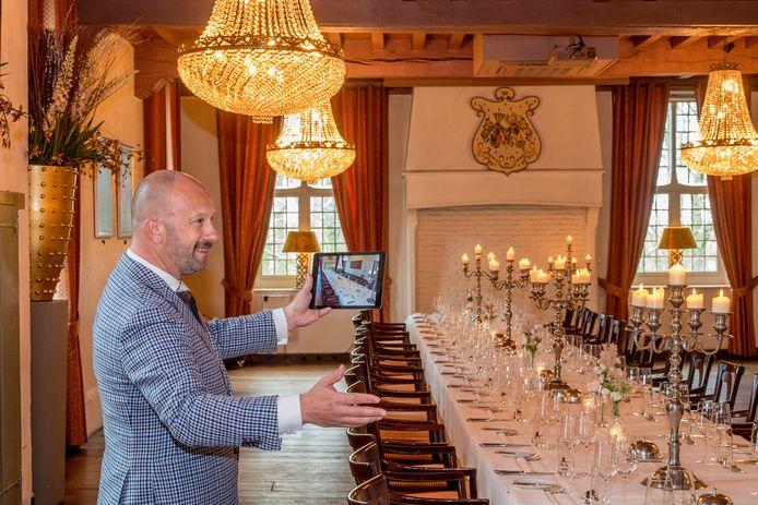 Manager Johan Huisman van kasteel Wijenburg als hij toekomstige bruidsparen vitueel rondleidt in het kasteel.