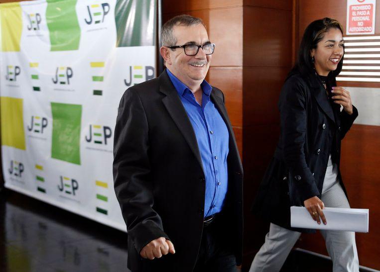 Ex-FARC-leider Rodrigo Londoño Echeverri komt aan bij de rechtbank samen met zijn partner Johana Castro.