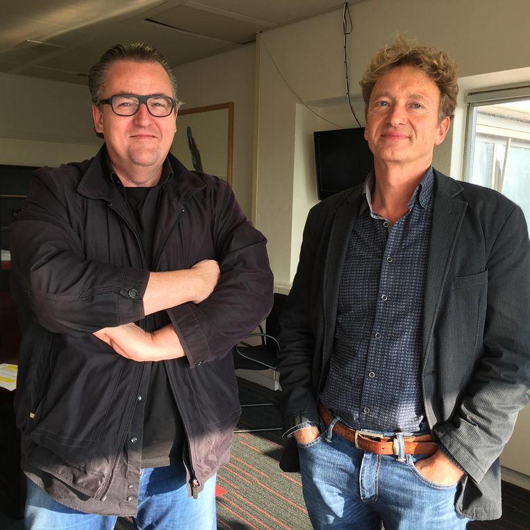 Hoofdredacteuren John van den Oetelaar van het Eindhovens Dagblad (links) en Peter Jansen van de Gelderlander Beeld