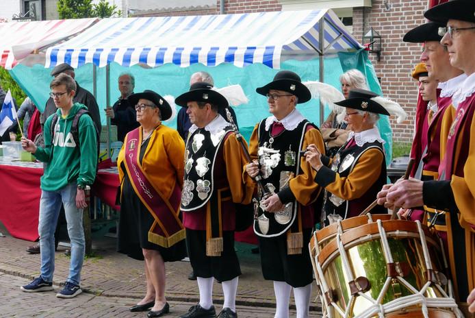 Dat burgemeester Jeannette Zwijnenburg van Haaren met ziekteverlof is, weerhield haar er niet van om op Hemelvaartsdag met het Essche gilde waarvan ze Gildevrouwe is acte de presence te geven tijdens het traditionele Bierpompfeest in Esch.