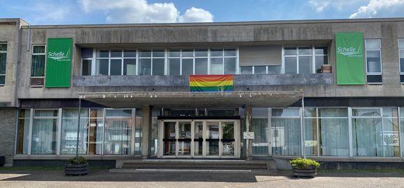 Aan het gemeentehuis wappert deze week de regenboogvlag.