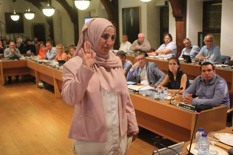 De gesluierde Fatma Yildiz (Groen) legt de eed af.
