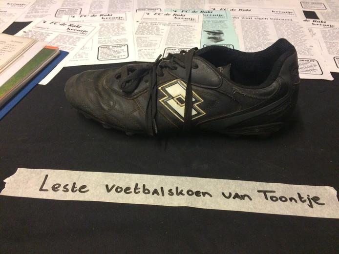 Een van de pronkstukken: de laatste schoen van clubicoon Toontje Verkuijlen.