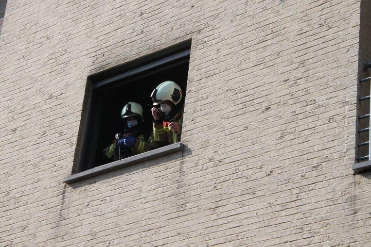 De brandweer inspecteerde het getroffen appartement.