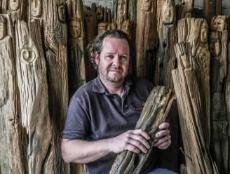 """Herdenkingskunstenaar Jan Fieuw geeft oude houten treinpalen een 'soldatengezicht': """"Ik hoop de Queen een exemplaar te kunnen geven"""""""