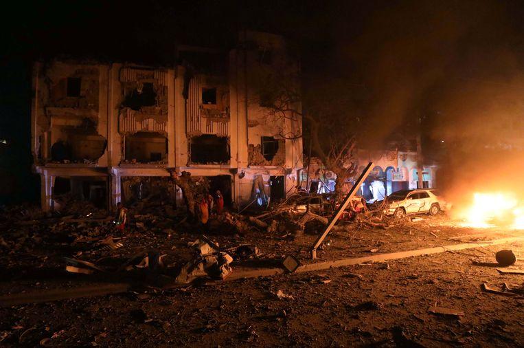 Hotel Maka Al-Mukarama in Mogadishu staat in brand na de zware bomaanslag van Al-Shabaab donderdagnacht.  Beeld Reuters