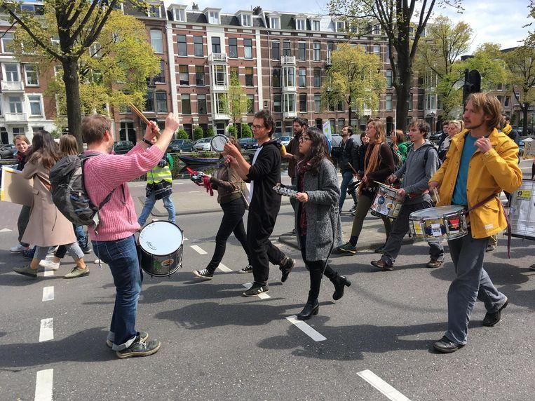 Er worden veel leuzen geroepen. Deze demonstranten: 'Nederland fossielvrij!' Beeld Jorien van der Keijl