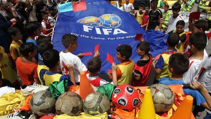 Palestijnse kinderen tonen de FIFA een rode kaart.