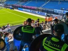 Ook oefentikken van de ME komen hard aan in het stadion van FC Eindhoven