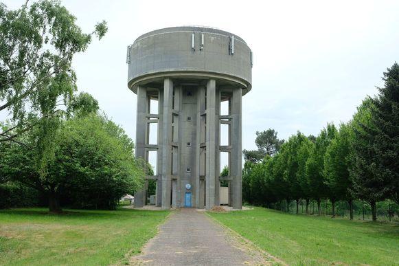 Deze watertoren die Overijse bevoorraadt, stond gisteren leeg. Intussen is hij weer bijgevuld.