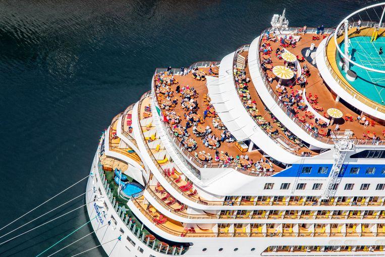 Cruiseschip ligt voor anker voor de sluizen van IJmuiden. Beeld Raymond Rutting