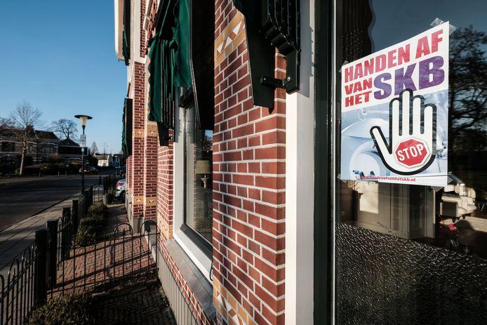 Winterswijk hangt vol posters met de tekst: Handen af van het SKB.