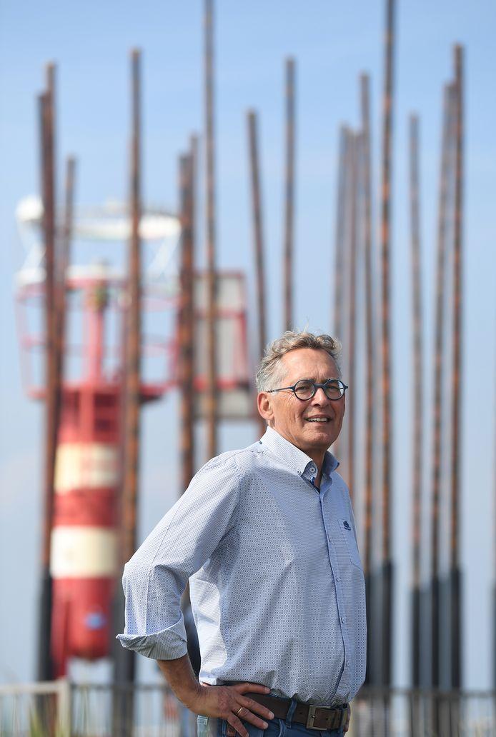 Peter de Boevere bij het windorgel op de Nolledijk in Vlissingen.