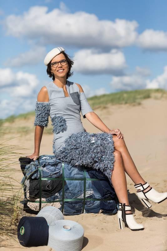 Carla Dik Faber, Tweede Kamerlid uit Veenendaal showt haar speciale prinsjesdagoutfit. Een jurk gemaakt van oude spijkerbroeken