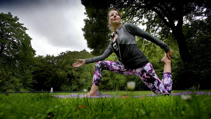 Yogalerares Suzan Oostvogels doet oefeningen in het park