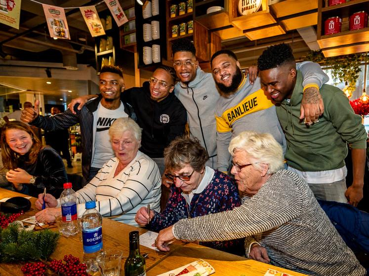 Hiphoppers van Broederliefde zijn perfecte gastheren tijdens kerstliedjesbingo voor senioren