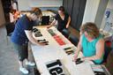 Een groepje Waspikkers kwam maandagavond bij elkaar om spandoeken te plakken en verven met leuzen voor dorpsgenoot Maarten van der Weijden.