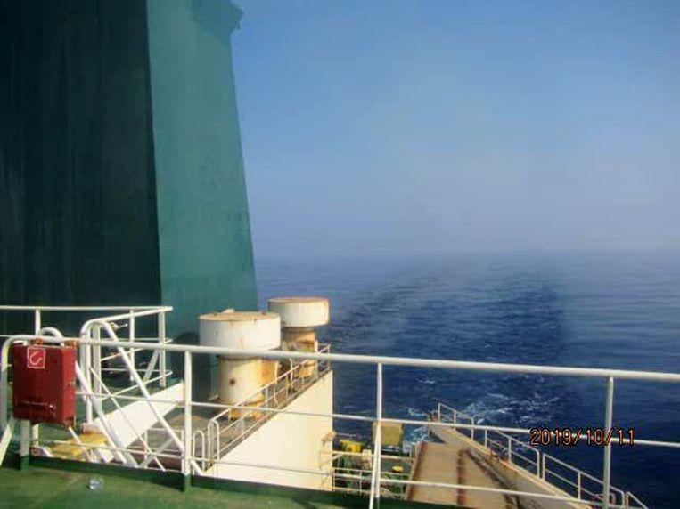 Volgens Iraanse media stroomt er olie in zee door de raketaanvallen.