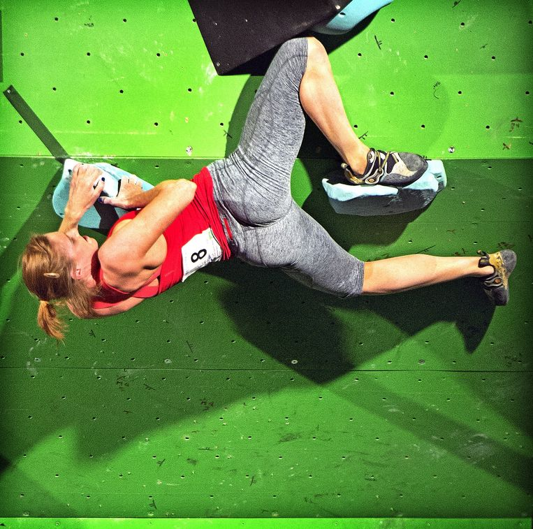 'Boulderen' is klimmen zonder touw, op een korte wand van 4,5 meter hoog. Beeld Klaas Jan van der Weij
