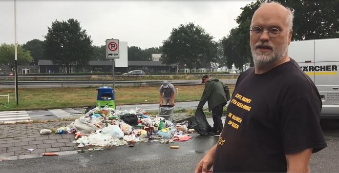 Imker Marcel Horck uit Tilburg ruimt vuilnis op naast de A58.