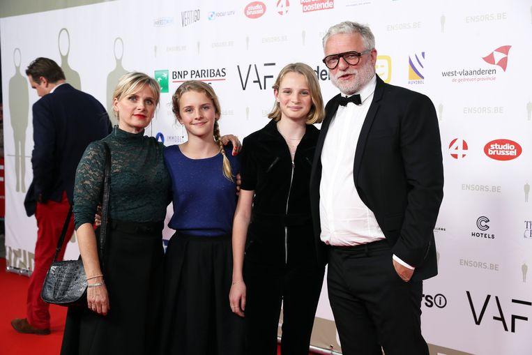 An Miller, haar partner Filip Peeters en hun twee dochters.