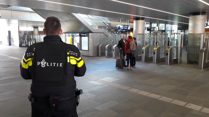 Politiebewaking op het station in Tilburg.