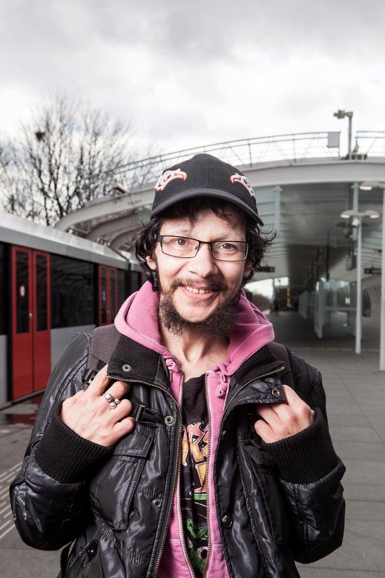 Abe-Iede 'Metro' van Alphen (47): 'Ik zie de straathandel toenemen en daarmee ook de onrust in de buurt' Beeld Niels Blekemolen
