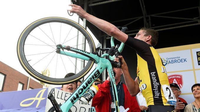 Geëmotioneerde Van den Broeck hangt fiets (letterlijk en figuurlijk) aan de haak