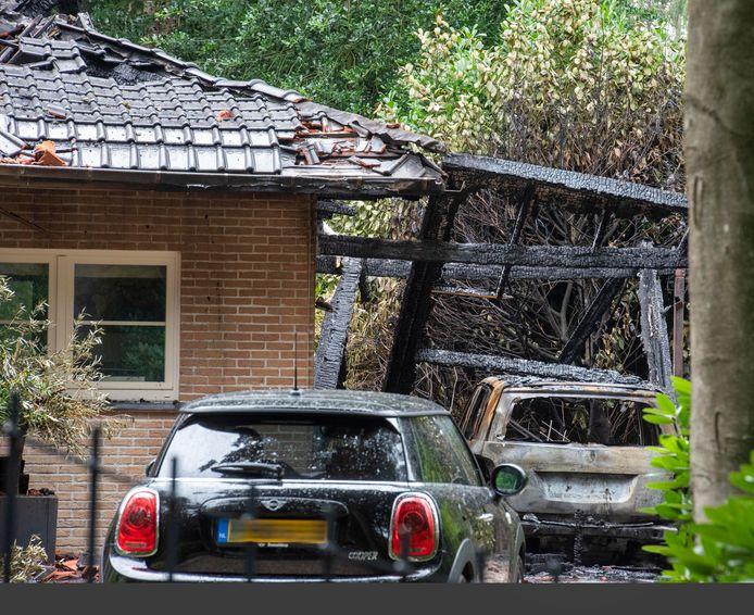 Van de auto is niets over en het vrijstaande huis in Hierden heeft ook flinke schade opgelopen. De bewoners hebben hun toevlucht gezocht in een hotel.